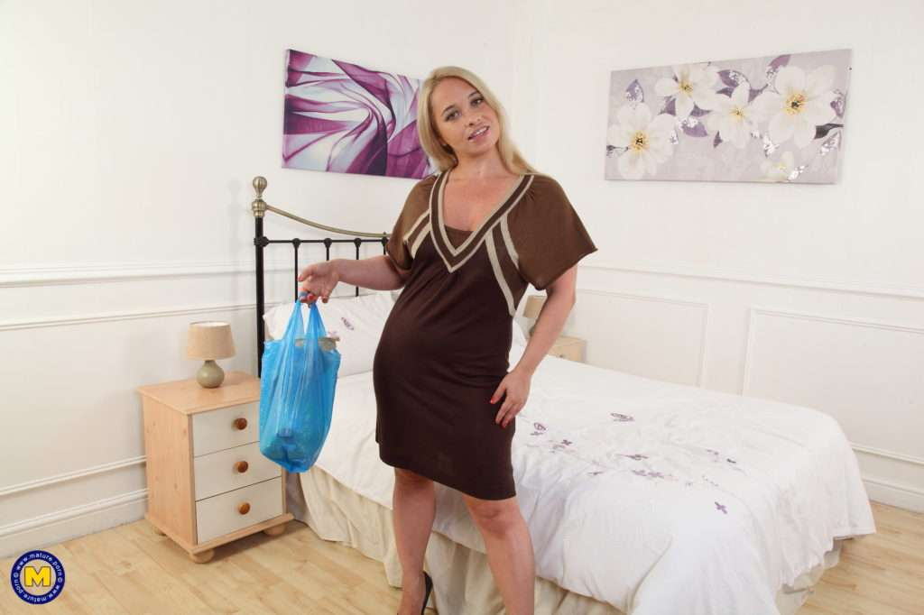 Naughty Mom Olga Went Grocery Shopping But Not For Eating It At Mature.nl