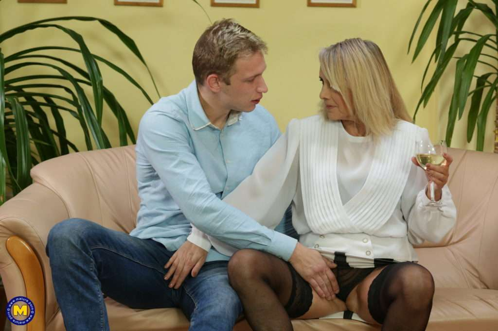 She Loves Her Lovers To Be Younger Than She Is At Mature.nl