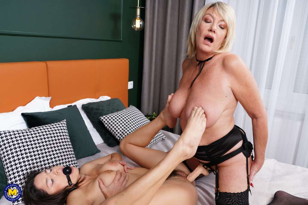 Steamy Amy Seduces A Hot Babe For Kinky Sex At Mature.nl