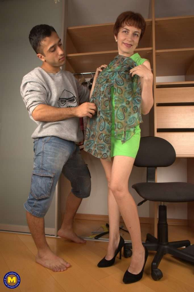 Naughty Twerking Mature Lsut Doing The Guy Next Door At Mature.nl