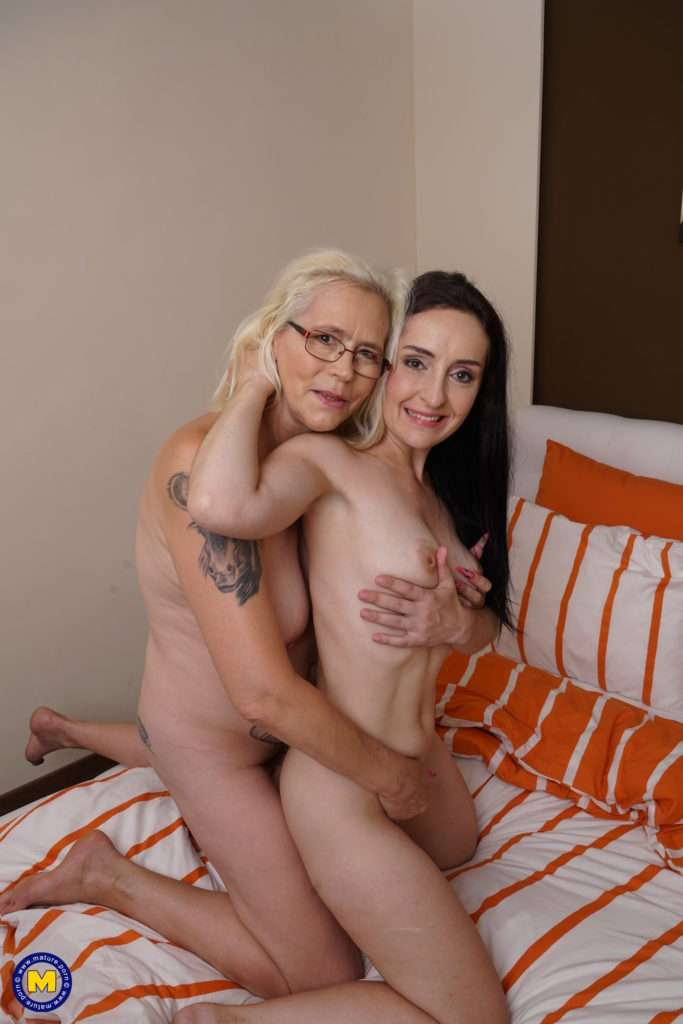 Naughty Housewife Licking A Hairy Mature Lesbian At Mature.nl