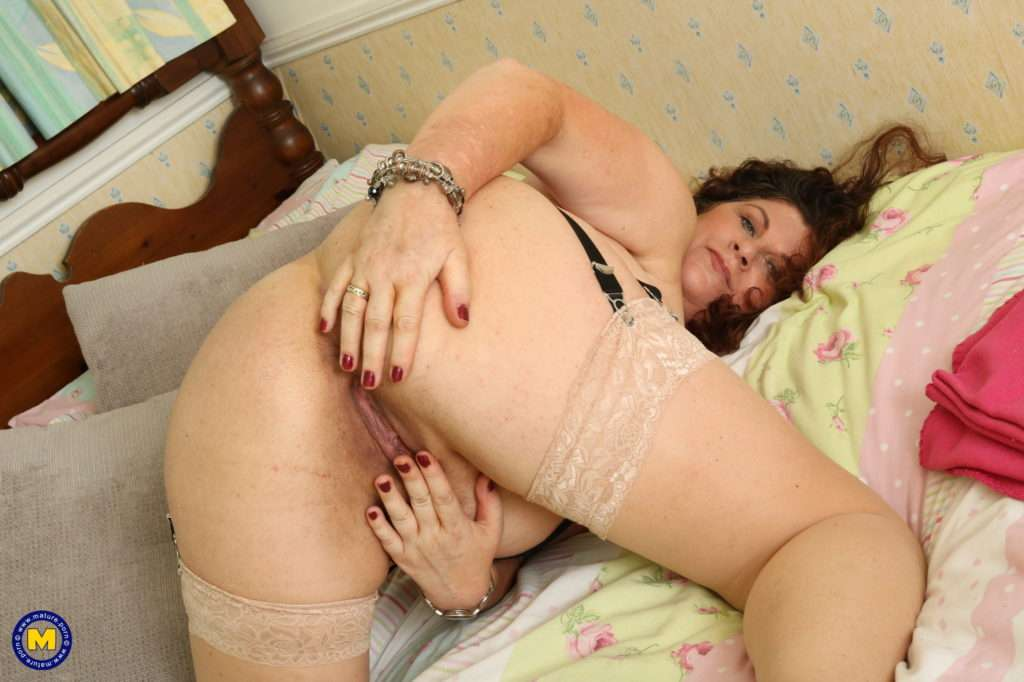 Curvy Big Breasted British Housewife Fingering Herself