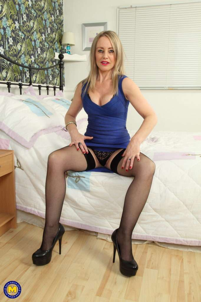Hot British Housewife Shwoing Off Her Dirty Mind
