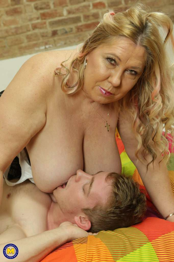 Big Breasted Curvy Housewife Doing Her Toy Boy
