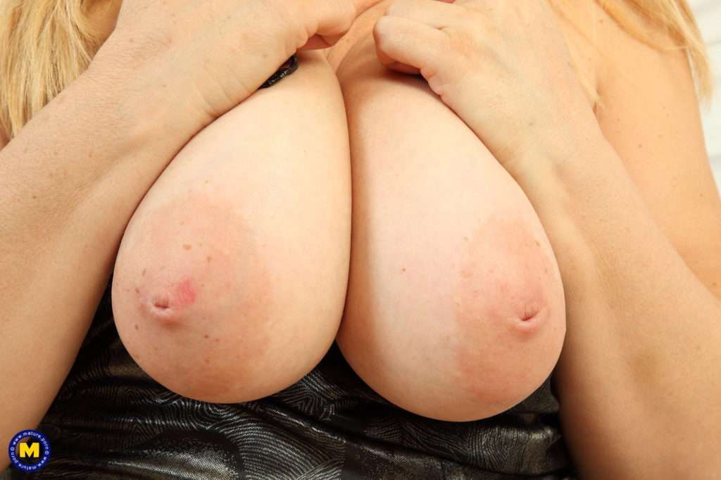 Big Breasted Mature Lady From The Uk Playing With Her Pussy