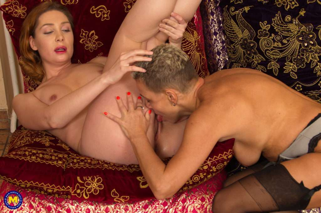 Hairy Housewife Doing A Anughty Lesbian Babe