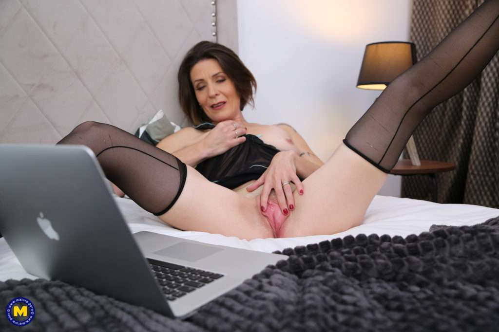 Horny, Mature And Feeling The Need To Please Her Wet Pussy