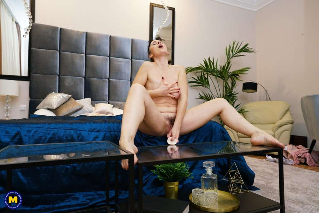 This Unshaved Mature Ldy Loves To Play With Her Wet Pussy