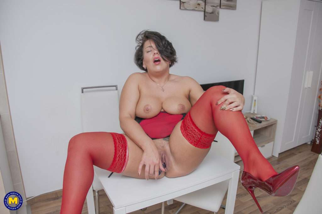 This Curvy Mama Loves To Play With Her Wet Pussy