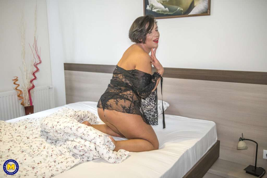 Curvy Mom Playing With Her Pussy In Bed