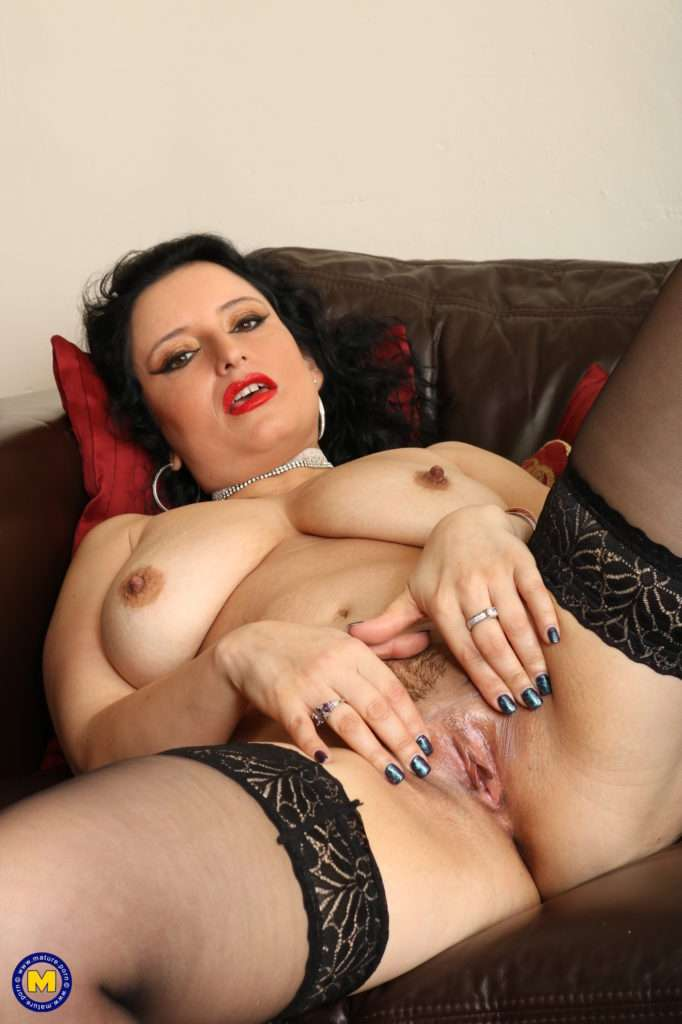 This Naughty Curvy Milf Loves To Play With Her Wet Pussy