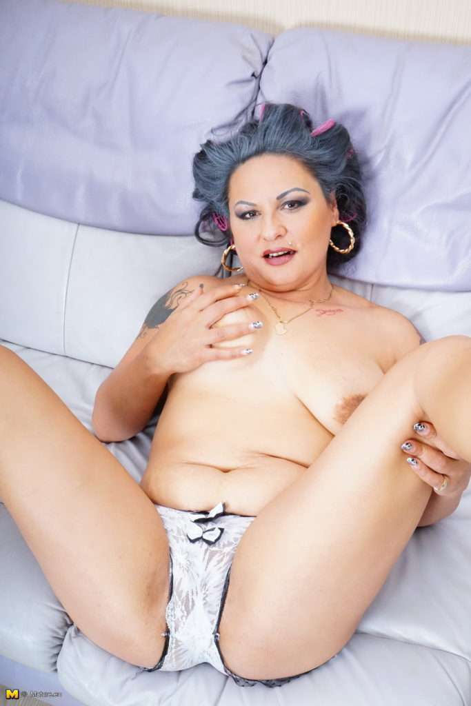Curvy Mature Slut Loves Playing With Her Wet Pussy