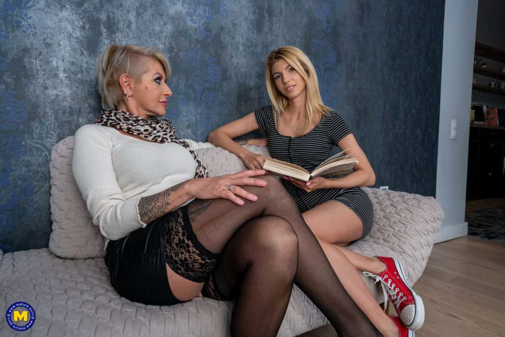 Hot Milf Siscoring With Her Lesbian Young Niece