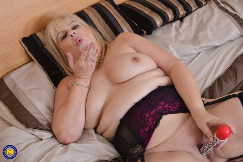 Chubby British Housewife Playing With Herself